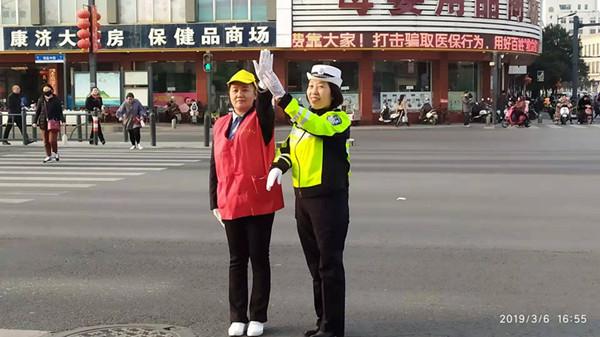 出租汽车的姐与女交警换岗体验:都不容易