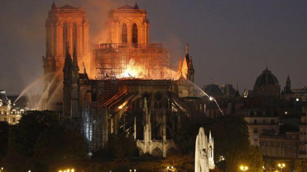 ▲巴黎圣母院火灾扑救现场
