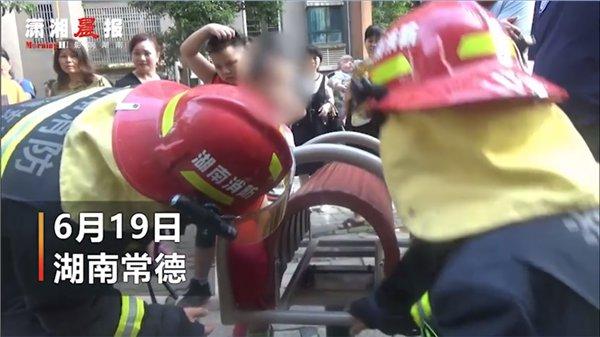 男孩玩耍中腿卡进健身器材 消防员用液压扩张器救援