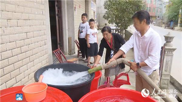 湖北通山:勠力同心抗旱送水保民生