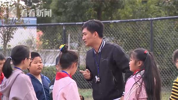 超暖!男孩患脊髓灰质炎行走困难 老师抱着他上体育课