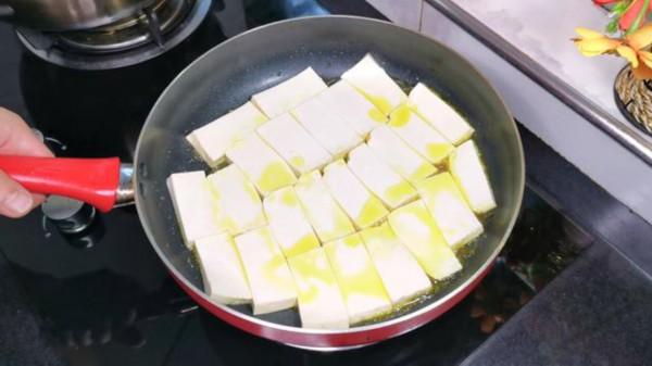 豆腐的这个做法火了,一分钟学会,不煮不炒也不炖,比吃肉还香