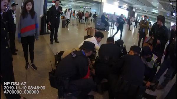 19岁男旅客心脏骤停4分钟 民警人工呼吸使其转危为安
