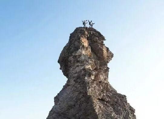 """青岛三游客攀爬""""石老人"""",崂山"""