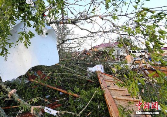 當地時間2019年4月14日,美國密西西比州,強風暴過境密西西比州漢密爾頓,狂風颳斷樹木摧毀房屋,一片狼藉。 圖片來源:東方IC 版權作品 請勿轉載