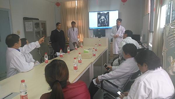 多学科专家会诊。上海市公共卫生临床中心 严晓慧 供图