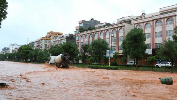 """5月10日,广西钦州市浦北县出现大范围强降雨,原本干净整洁的街道变成""""黄河""""。"""