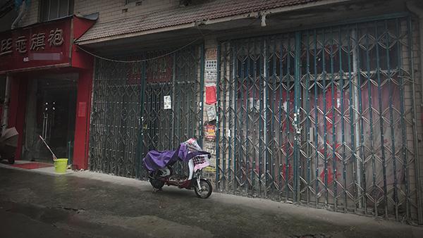 婚纱一条街内,部分门店已关门歇业。