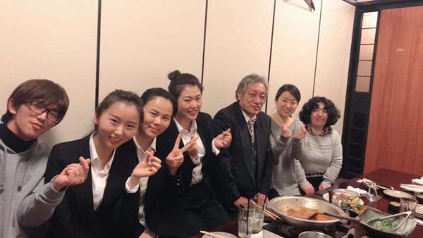在埼玉,中國員工們與單元領導小組一起吃飯的照片