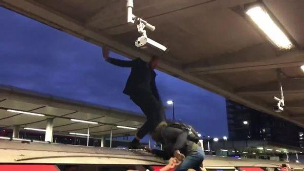 大快人心!伦敦环保示威者爬上地铁妨碍出行 被一把拽下