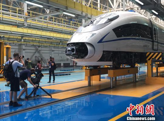 """中国高铁驶入智能时代 中外记者点赞""""中国速度"""""""