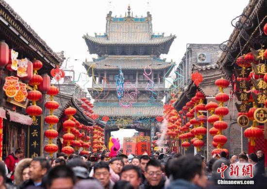 2月8日,山西平遥古城内各地游客络绎不绝,热闹非凡。中新社记者 侯宇 摄