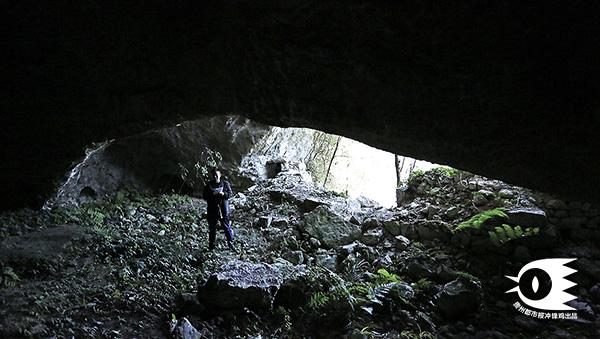 有的山洞洞口呈现眼睛形状。