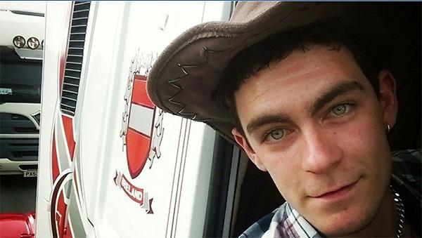 英媒:载39具遗体的卡车司机是报警人 其或不知情