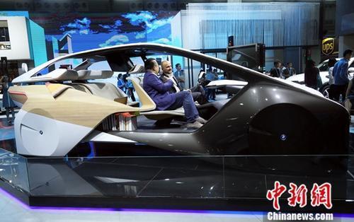 在上海举行的2017年亚洲消费电子展上,一款无人驾驶概念车吸引了众多参观者的目光。中新社记者 汤彦俊 摄