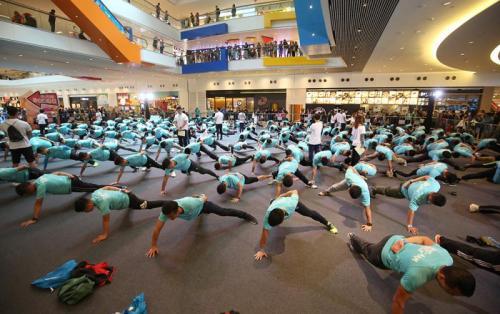 香港300人做单手俯卧撑 刷新吉尼斯世界纪录(图)俯卧撑大公报单手