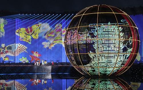 这是青岛举行的《有朋自远方来》灯光焰火艺术表演(2018年6月9日摄)。