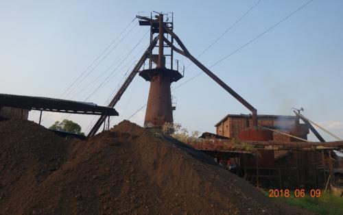 广西钦州黄屋屯镇大桥矿品厂小高炉正在运行。 图片来源:生态环境部网站
