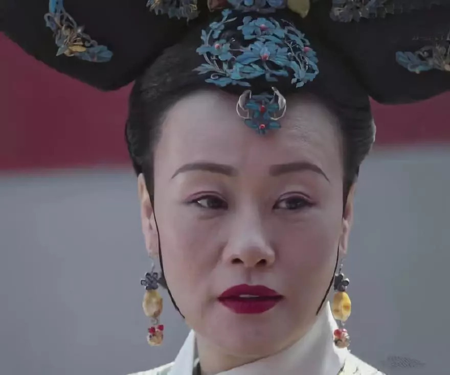 《延禧攻略》也严格遵循清朝宫内服装设计,剧中富察皇后头饰中的渐变