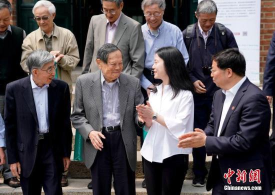 5月10日上午,诺贝尔物理学奖获得者、著名物理学家杨振宁先生与翁帆女士的新书《晨曦集》在北京清华大学高等研究院发布。 中新社记者 杜洋 摄