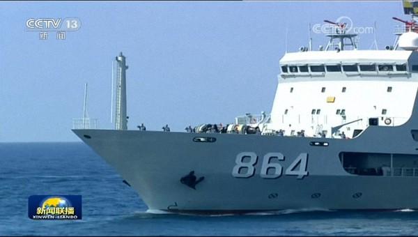"""潜艇""""救星"""":""""海洋岛""""号潜艇支援舰。"""