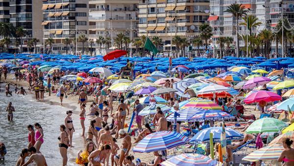当地时间2018年8月4日,西班牙贝尼多姆,当地遭遇高温天气,海滩人满为患。 视觉中国 图