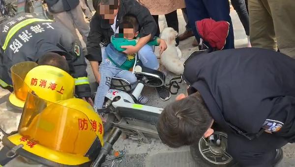 一个急转弯五龄童右脚卡进电瓶车轮 民警消防紧急救助