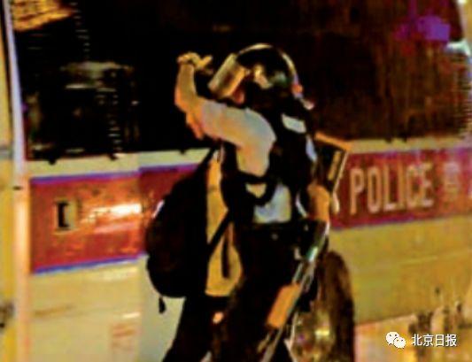 """香港警察用手帮暴徒挡雨""""暖心之举""""感动网友"""