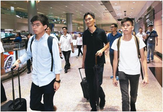 黄之锋等人3日到达台湾。(图片滥觞:台湾《结合报》)