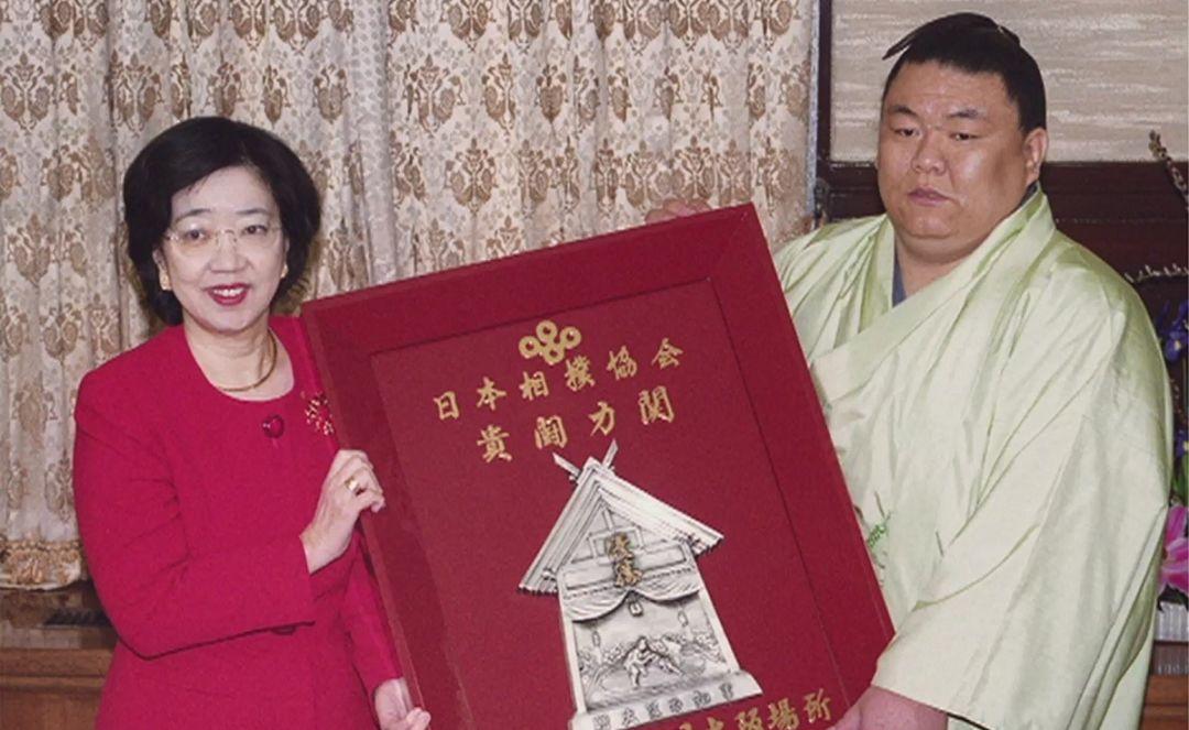 """2000年,日本首位女性知事(时任大阪府知事)太田房江也未能打破传统,被禁止登上""""土俵"""",只好在台下颁奖。"""