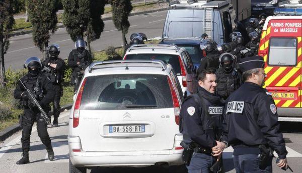 资料图片:2015年,法国警方在马赛公路上遭毒贩袭击。(图片来源于网络)