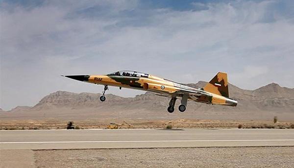 伊朗展示新型国产战机 伊总统称是为阻遏美国攻击