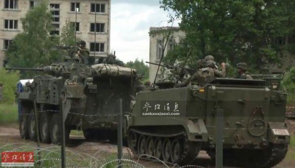 """北约""""军刀打击-2018""""结合军演,图为加拿大陆军LAV III轮式装甲车掩护M113装甲运兵车。"""