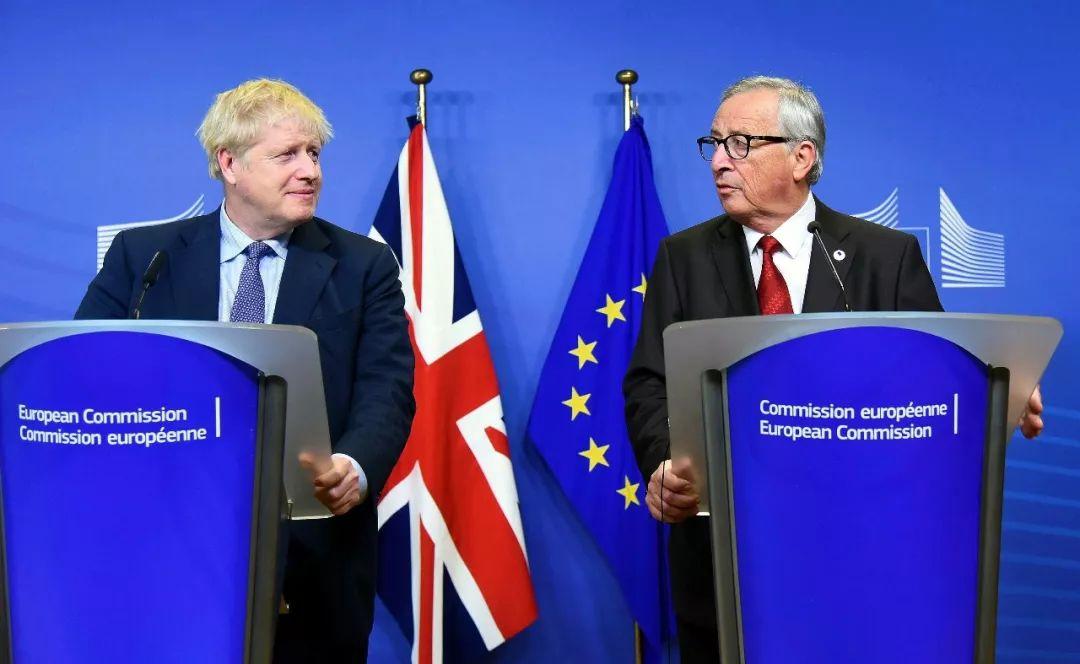 △图为英国辅弼约翰逊(图左)取欧盟委员会主席容克(图左)