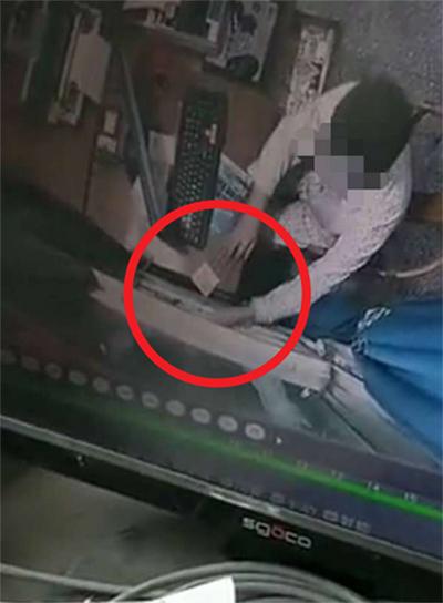 监控视频显示收费员两次用手将钱推入夹缝 成都商报 图