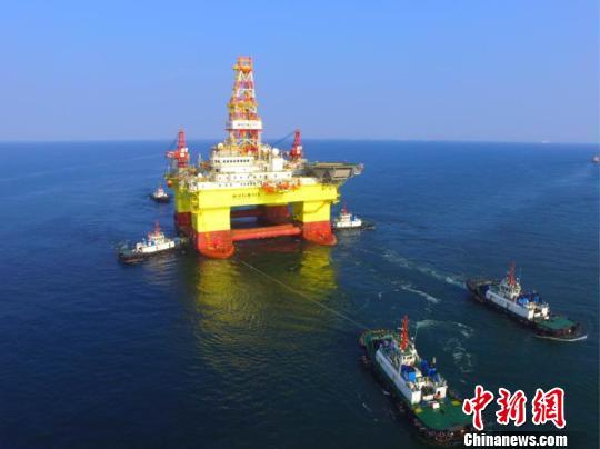 中国第六代深水半潜式钻井平台在大连交付图片