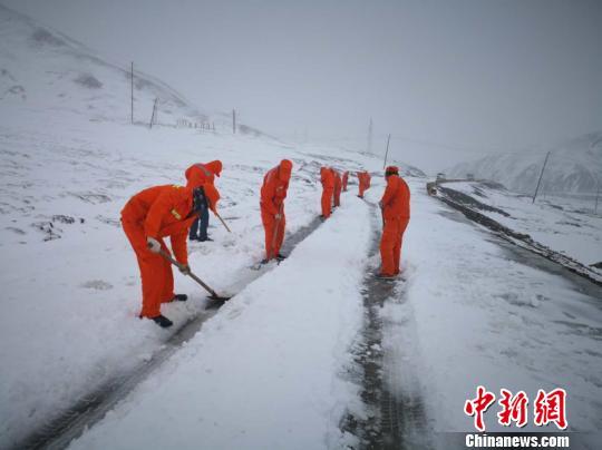 图为环卫工人清扫积雪。 玛多宣传部供图