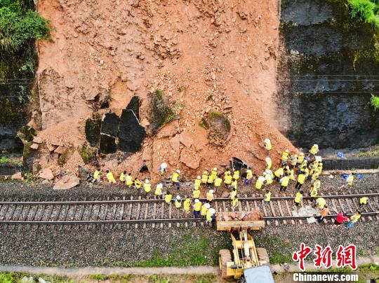 持续降雨致皖赣铁路景德镇段发生一处山体滑坡