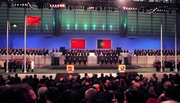 1999年12月20日零時,中華人民共和國國旗和中華人民共和國澳門特別行政區區旗在澳門文化中心花園館升起。(新華社)