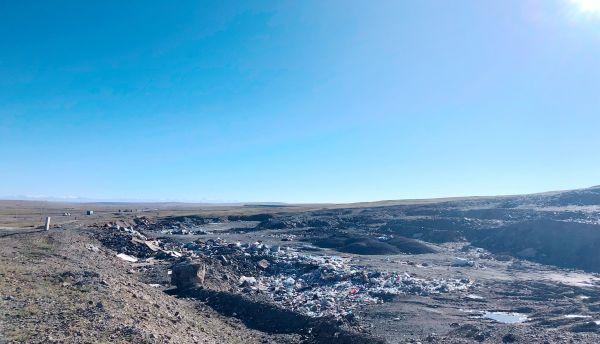 青藏公路一侧的露天垃圾坑,2019年8月10日,金冠时 摄