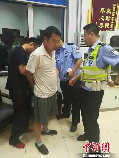 图为石家庄警方抓获涉嫌故意杀人逃犯。 警方供图 摄