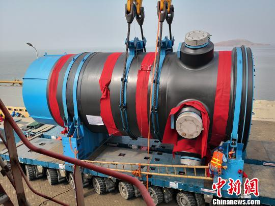 红沿河核电5号机组首台核岛主设备——反应堆压力容器运抵红沿河核电现场。 钟欣 摄