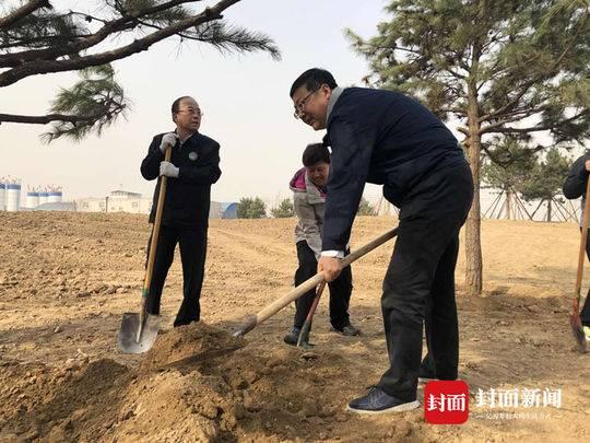 北京市市长陈吉宁参加义务植树活动
