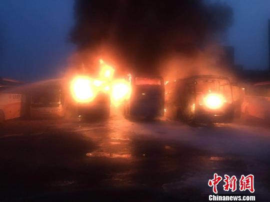 福州一停车场内大巴车起火 , 消防官兵紧急扑救。 容肖 摄