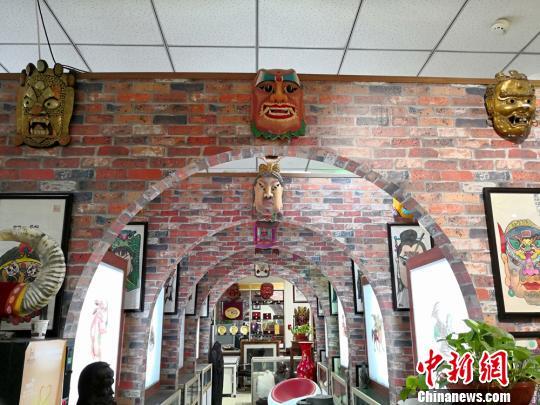 图为贾森栋收藏的傩面展厅。 刘薛梅 摄