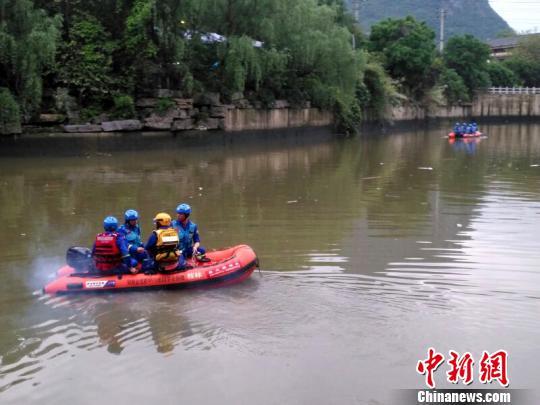 桂林两艘龙舟翻船遇难人数上升至11人 仍有6人失联