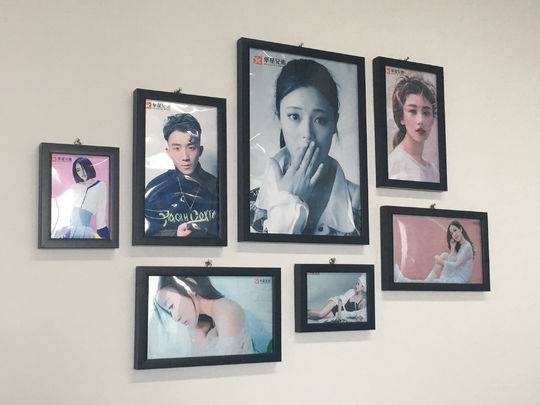 网红经济公司墙上贴满主播艺术照。