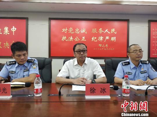 三亚市公安局常务副局长、新闻发言人徐冰通报案件情况 王晓斌 摄