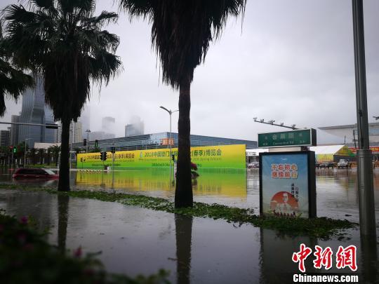 厦门会展中心前道路积水严重,又车辆在路面抛锚。 梅子 摄
