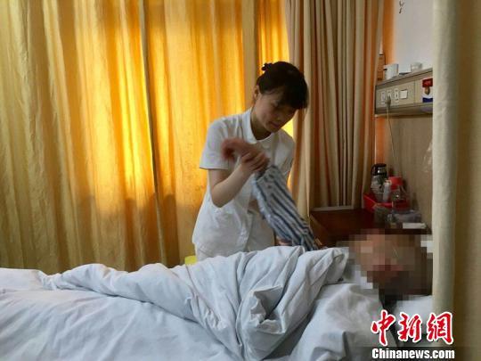 杨琳为病人做康复按摩。 楼子璇 摄
